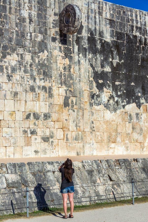 Cour de touriste et de boule dans Chichen Itza photographie stock libre de droits