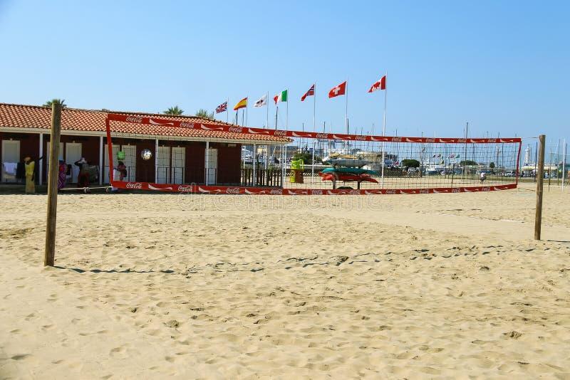 Cour de volleyball à la plage dans Viareggio, Italie photographie stock