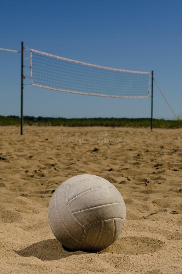 Cour de volleyball de plage avec le ciel bleu photographie stock libre de droits