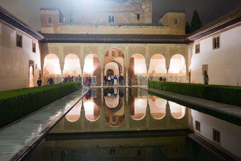 Cour des myrtes à Alhambra dans la nuit photos stock