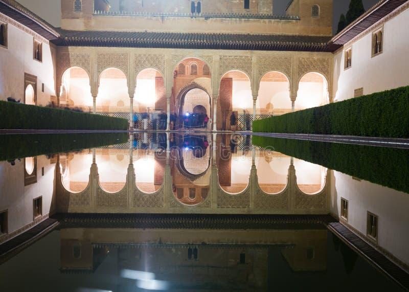 Cour des myrtes dans la nuit, Alhambra photos libres de droits