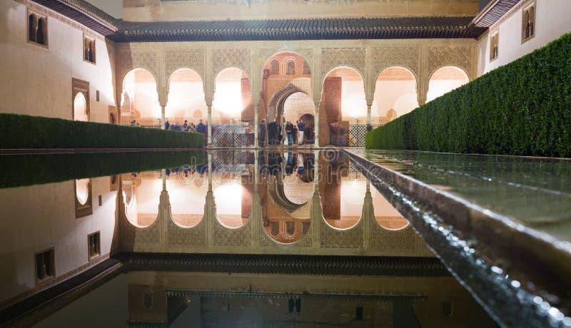 Cour des myrtes dans la nuit, Alhambra image stock