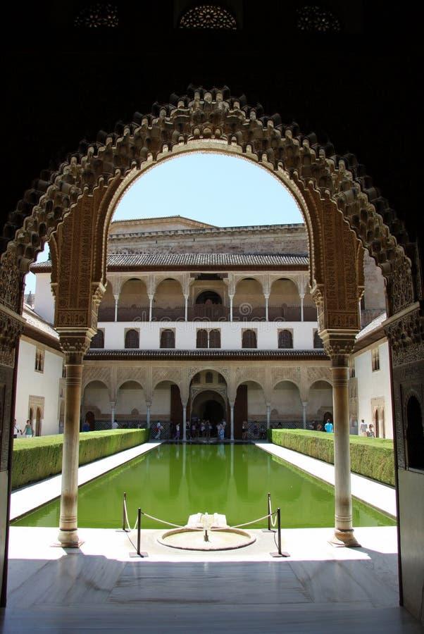 Cour des myrtes dans le temps de jour à Alhambra photographie stock
