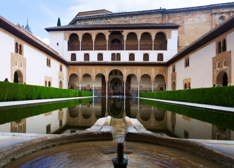 Cour des myrtes dans le temps de jour à Alhambra images libres de droits