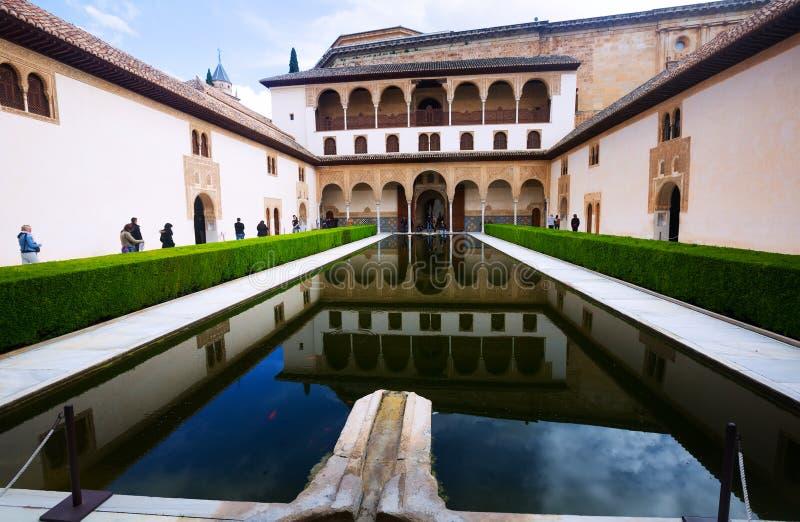 Cour des myrtes dans le temps de jour à Alhambra images stock