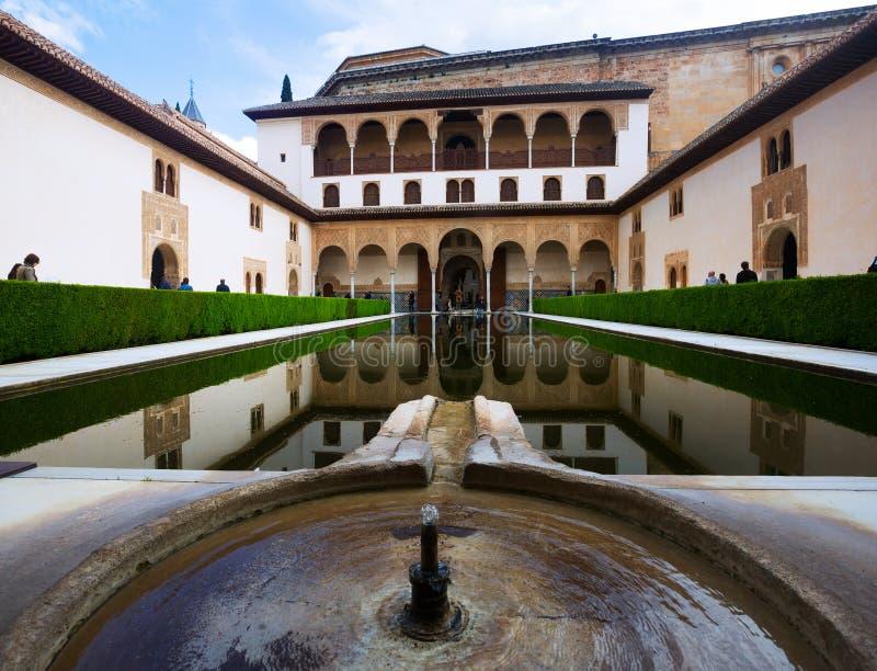 : Cour des myrtes (Patio de los Arrayanes) dans le temps de jour à A images stock