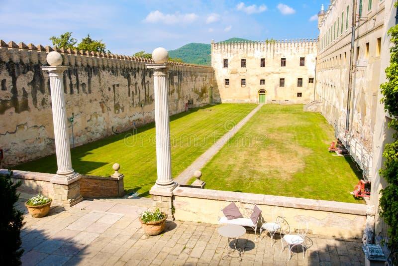 Cour du château de Catajo dans le secteur euganean de collines photos libres de droits