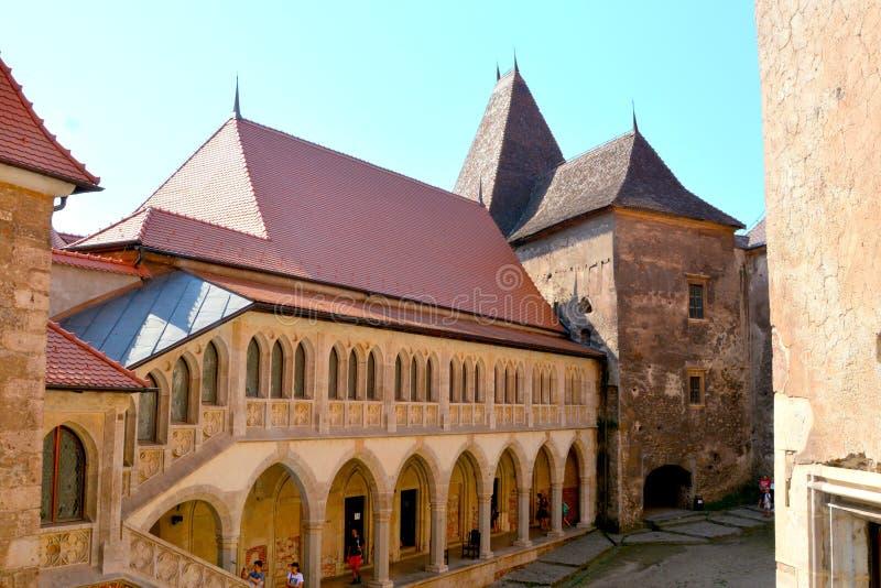Cour du château de Corvin dans Hunedoara, la résidence du roi roumain de la Transylvanie, Iancu de Hunedoara photo libre de droits