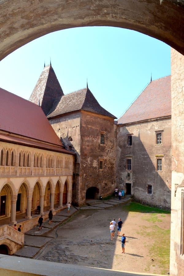 Cour du château de Corvin dans Hunedoara, la résidence du roi roumain de la Transylvanie, Iancu de Hunedoara image stock