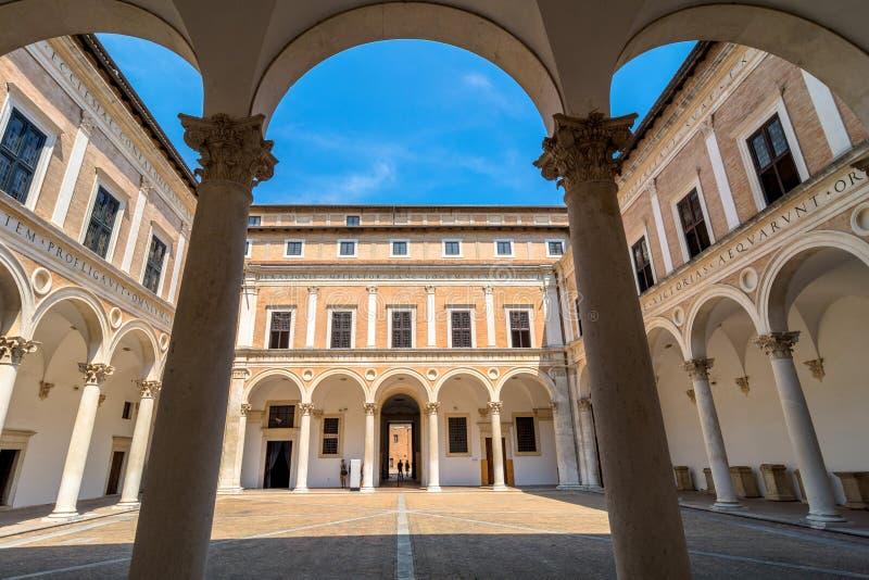 Cour ducale de palais à Urbino, Italie photos libres de droits