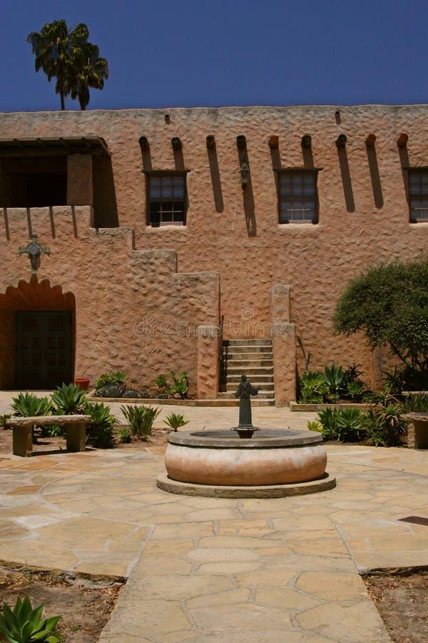 Cour espagnole d'église image stock