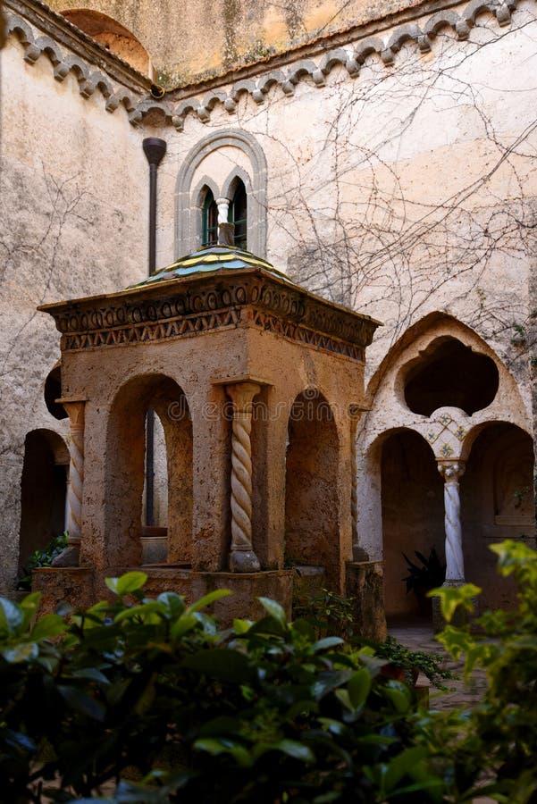Cour et puits dans la ville historique de Ravello dans les montagnes en Italie du sud images stock