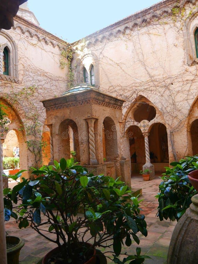 Cour et puits dans la ville historique de Ravello dans les montagnes en Italie du sud photos stock