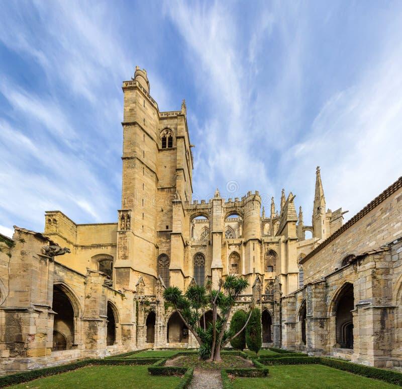 Cour intérieure de cathédrale de Narbonne - France image libre de droits
