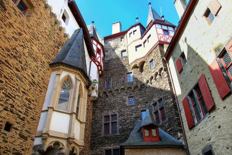 Cour intérieure environnante de murs de château d'Eltz dans la Rhénanie-PA photographie stock libre de droits