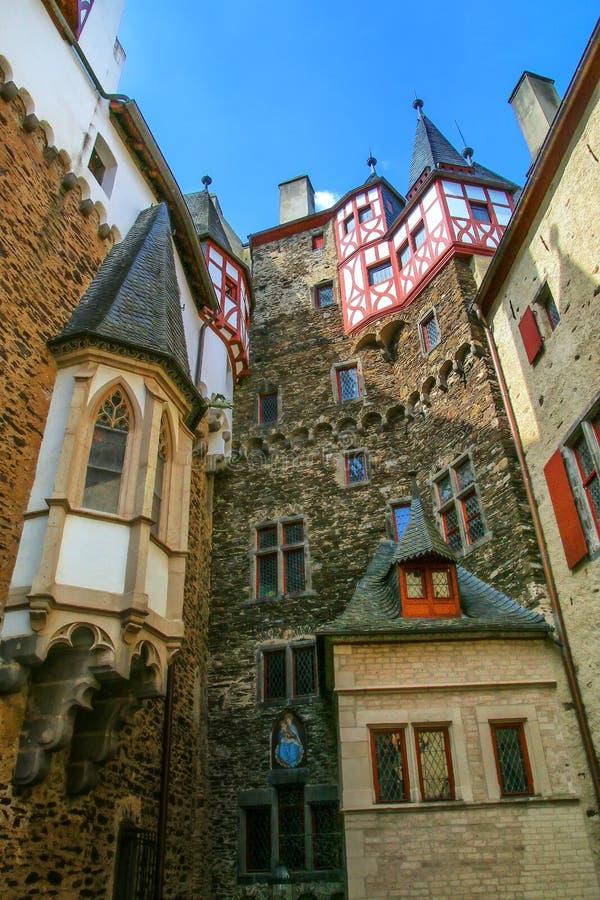 Cour intérieure environnante de murs de château d'Eltz dans la Rhénanie-PA photos stock