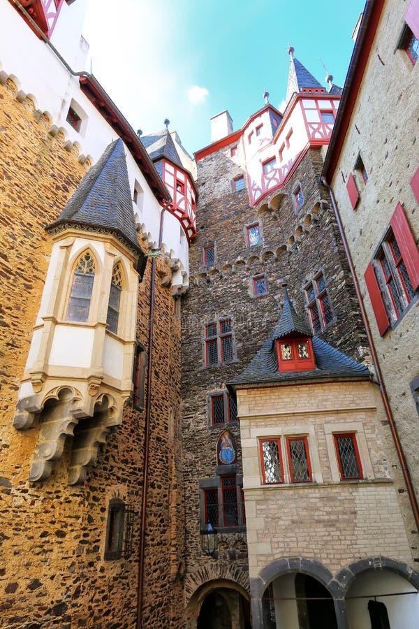 Cour intérieure environnante de murs de château d'Eltz dans la Rhénanie-PA photographie stock