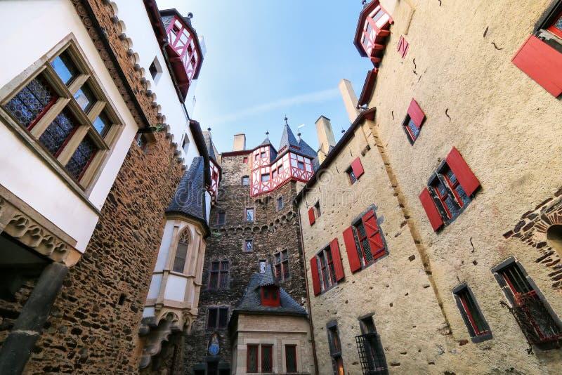 Cour intérieure environnante de murs de château d'Eltz dans la Rhénanie-PA photo stock