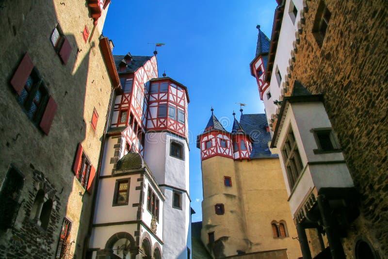 Cour intérieure environnante de murs de château d'Eltz dans la Rhénanie-PA image libre de droits