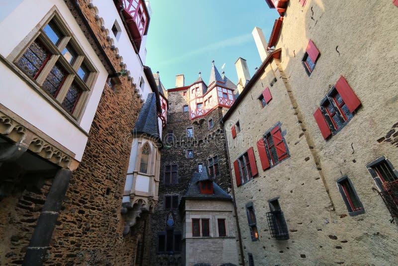 Cour intérieure environnante de murs de château d'Eltz dans la Rhénanie-PA photos libres de droits
