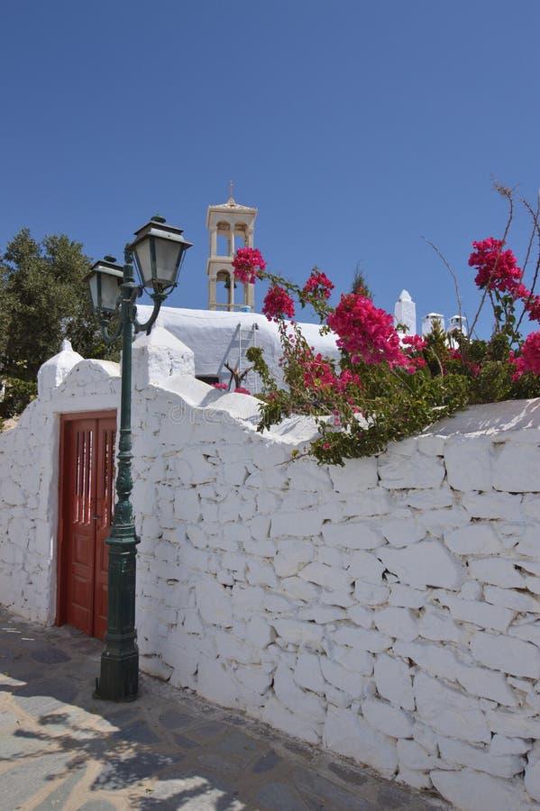 Cour, tour de Bell et porte de monastère de Panagia Tourliani en Ano Mera On The Island de Mykonos L'architecture aménage des voy images stock