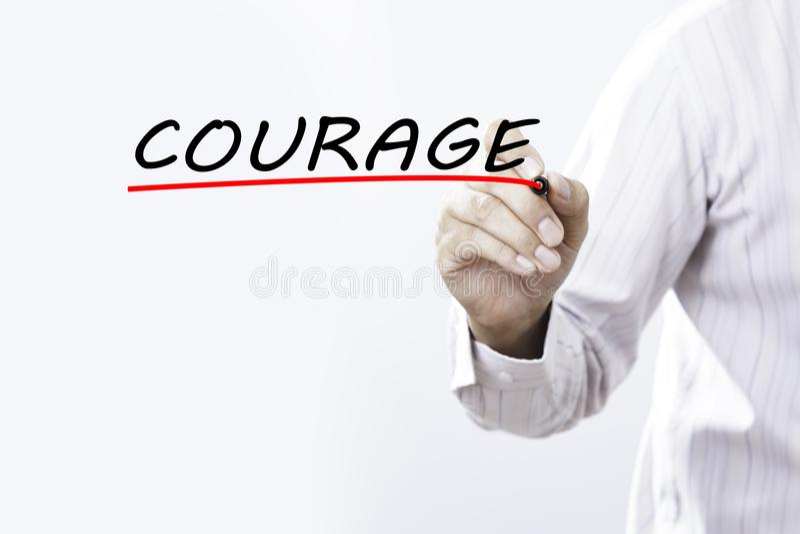 COURAGE d'écriture de main d'homme d'affaires avec le marqueur rouge sur transparent photographie stock