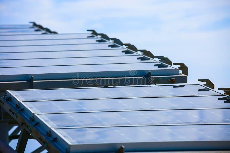 Courant électrique développé de pile solaire par la lumière de Sun, plan rapproché des panneaux solaires photovoltaïques bleus, é images stock