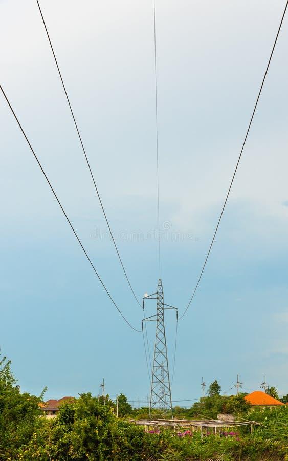 Courant électrique sur le ciel bleu photo stock