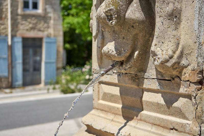 Courant d'eau sortant de Roman Art Fountain photos stock