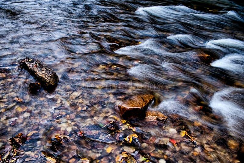 Courant de rivière de montagne en montagnes de la Caroline du Nord photo stock