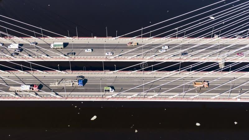 Courant des tours de voitures sur un pont câble-resté, vue aérienne photos stock