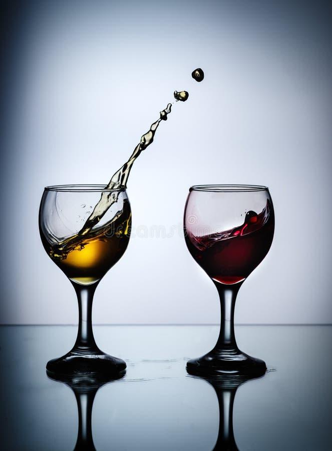 Courant du vin versant dans un plan rapproch? en verre photos libres de droits