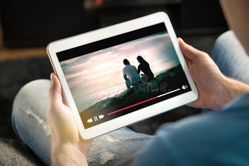 Courant en ligne de film avec le périphérique mobile photographie stock