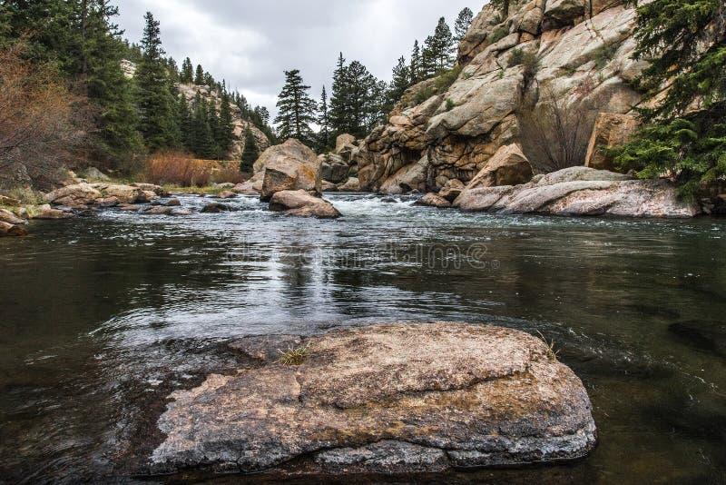 Courant fonctionnant par le canyon le Colorado d'onze milles photographie stock libre de droits