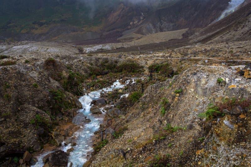 Courant rocheux avec de l'eau blanc sur une montagne Beau paysage de b?ti Papandayan La montagne de Papandayan est une du favori photo libre de droits