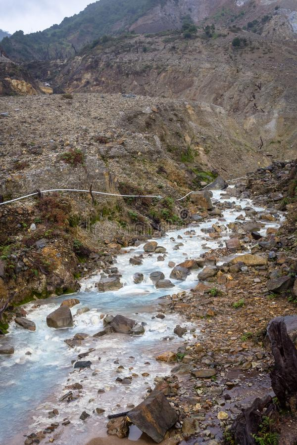 Courant rocheux avec de l'eau blanc sur une montagne Beau paysage de b?ti Papandayan La montagne de Papandayan est une du favori photos libres de droits