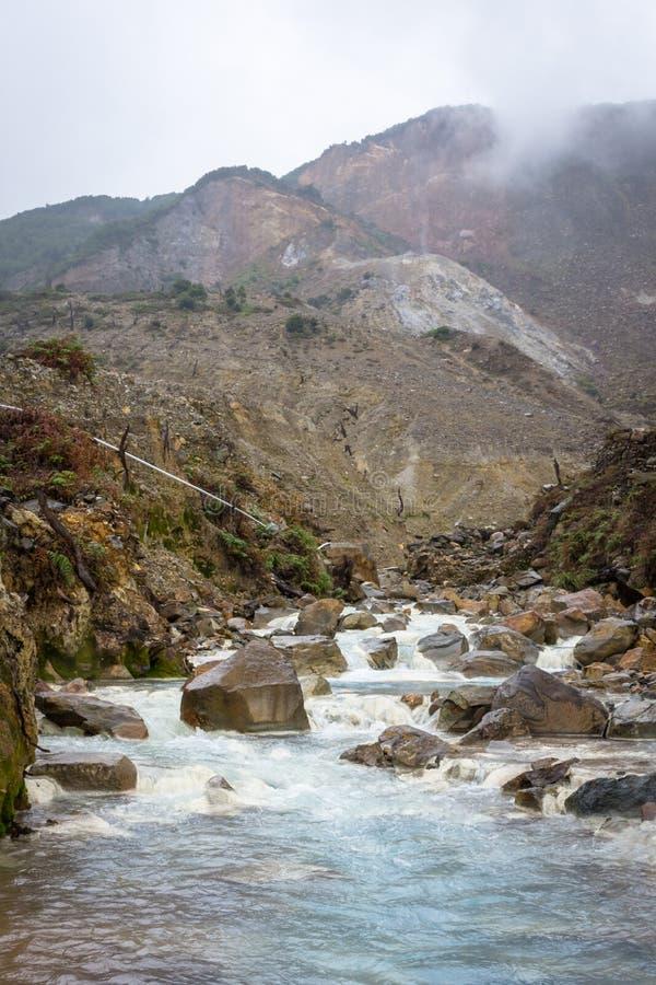 Courant rocheux avec de l'eau blanc sur une montagne Beau paysage de b?ti Papandayan La montagne de Papandayan est une du favori photographie stock libre de droits