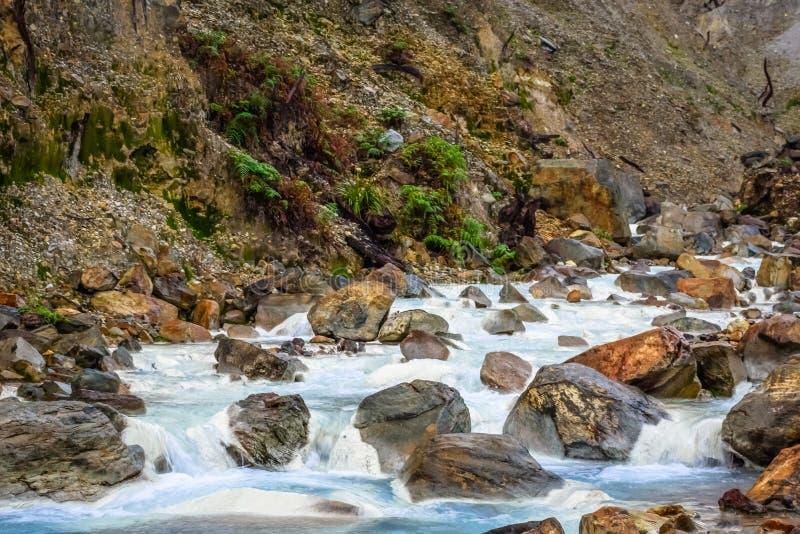 Courant rocheux avec de l'eau blanc sur une montagne Beau paysage de b?ti Papandayan La montagne de Papandayan est une du favori photos stock