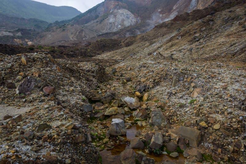 Courant rocheux avec de l'eau brun sur une montagne Beau paysage de b?ti Papandayan La montagne de Papandayan est une du favori images stock
