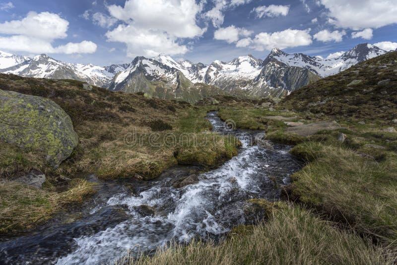 Courant scénique de montagne dans les alpes italiennes image stock