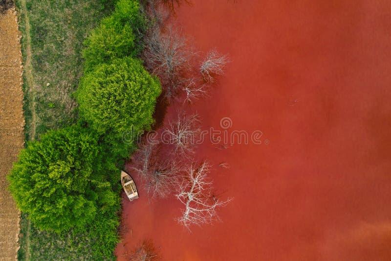 Courant souill? et toxique de l'eau dans Geamana, Roumanie photographie stock libre de droits