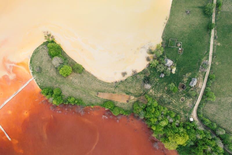 Courant souill? et toxique de l'eau dans Geamana, Roumanie photo libre de droits