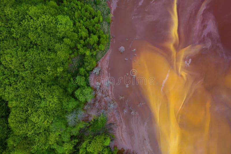 Courant souill? et toxique de l'eau dans Geamana, Roumanie photos libres de droits