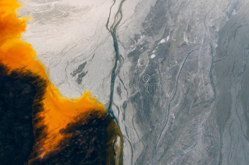 Courant souill? et toxique de l'eau dans Geamana, Roumanie photographie stock