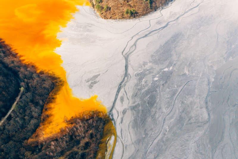 Courant souill? et toxique de l'eau dans Geamana, Roumanie images stock