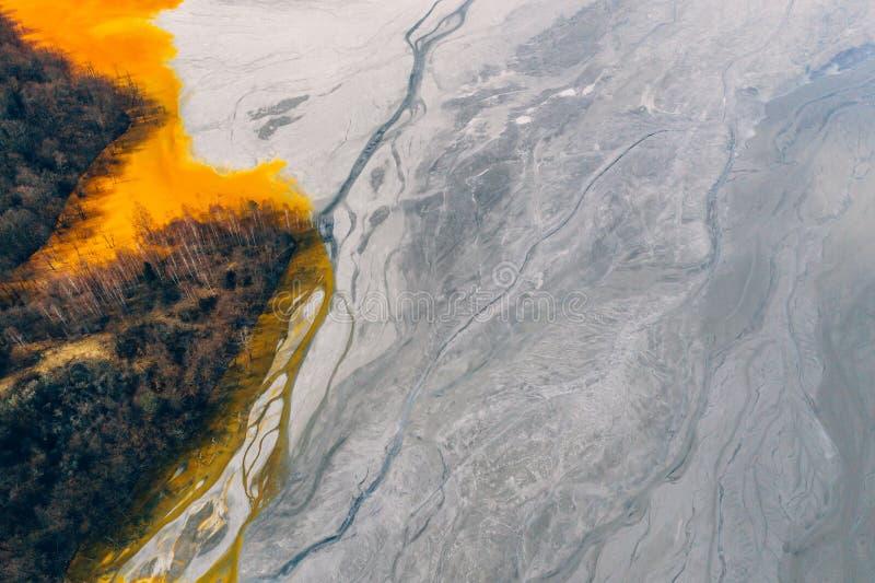Courant souill? et toxique de l'eau dans Geamana, Roumanie image libre de droits