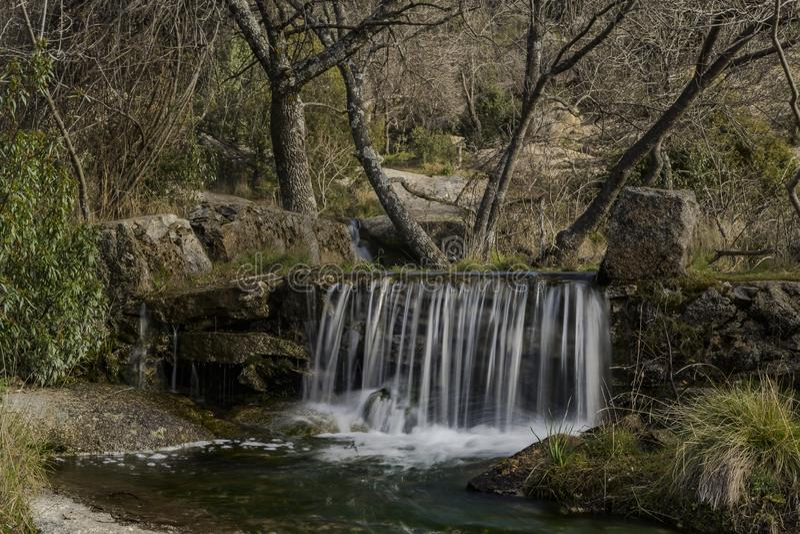 Courants de l'eau, roches, arbres et beau ciel Hoyo De Manzanares, Madrid, Espagne photos stock