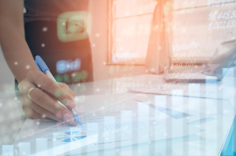 Courbe de rentabilité d'indicateur de marché boursier avec la tablette tactile de main pour l'investissement de données ou de gra photo stock