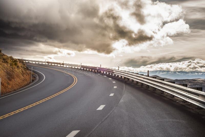 Courbe de route de ciel photos stock