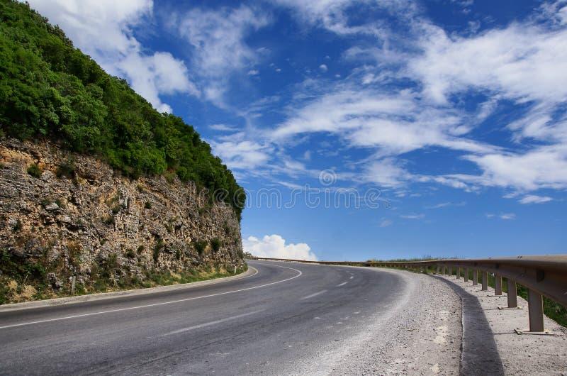 Courbe vide de route de montagne image stock